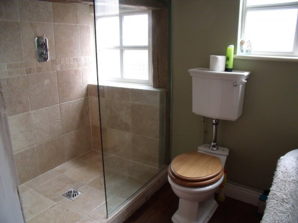 bathroom-interior-small-bathroom-design-with-glass-shower-stall-and-white-ceramic-toilet-in-beige-painted-bathroom-wall-very-small-bathrooms-ideas_LZDIRd3d3LmluY2xpbnRlcmlvci5jb